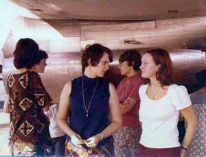 Laura Kohl (center)